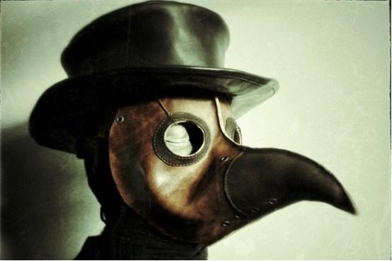 中世纪时,黑死病横行欧洲,当时的医生为了杜绝感染,身穿泡过蜡的